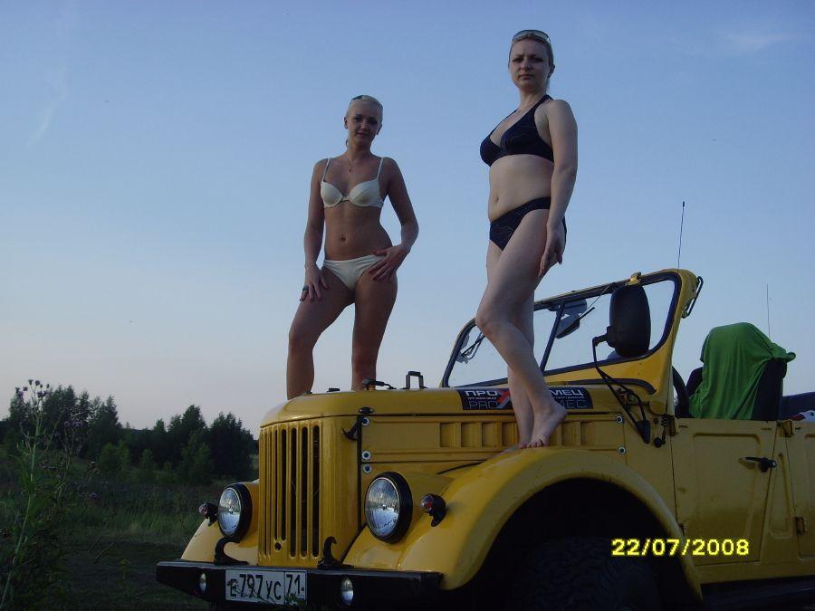 Жена с подругой на озере.