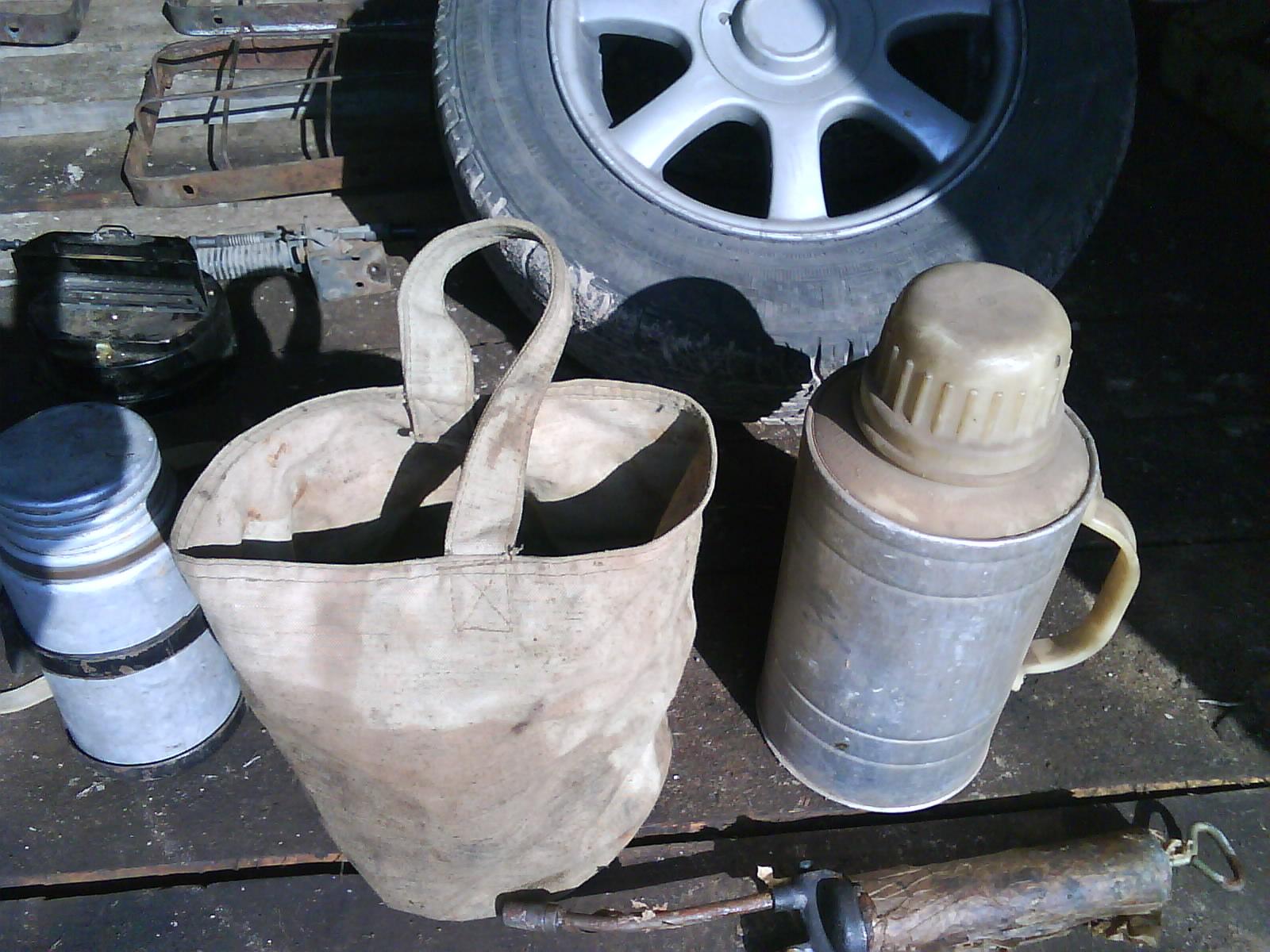 брезентовое ведро и термос для воды