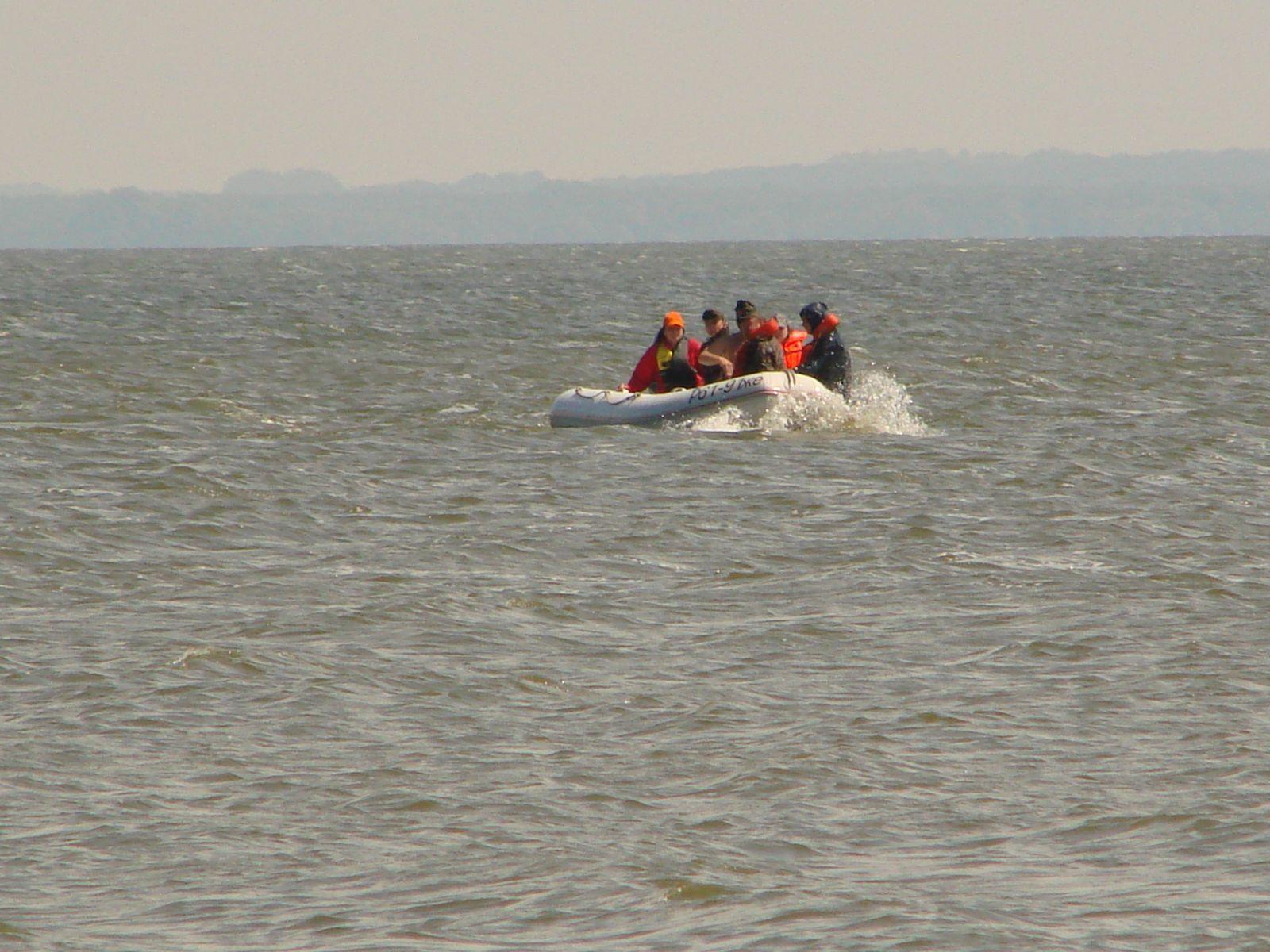 Лодка в заливе(волна)