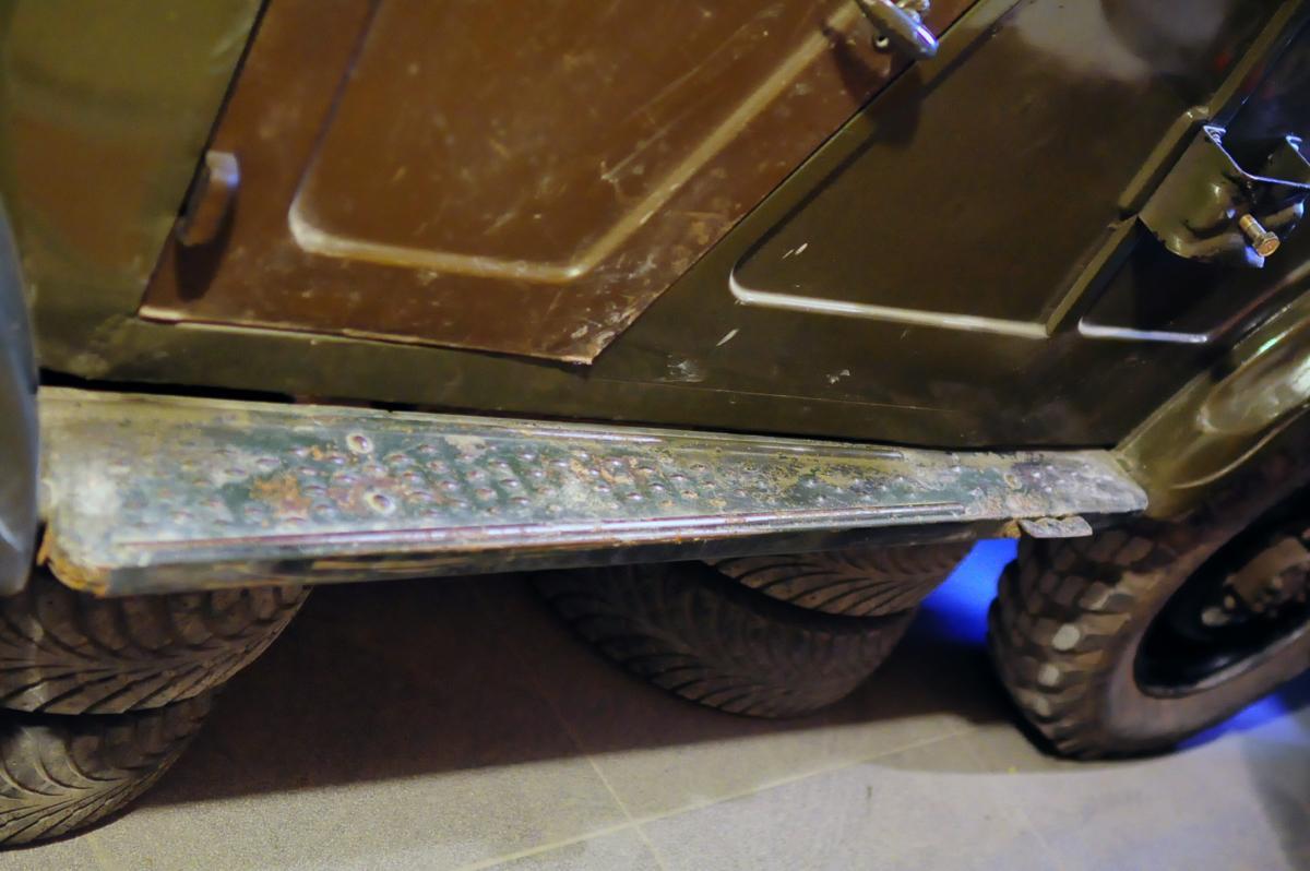Левая подножка (окрас в цвет кузова). Водительская дверка новая, но несколько кривая и с огрехами штамповки. На замену.