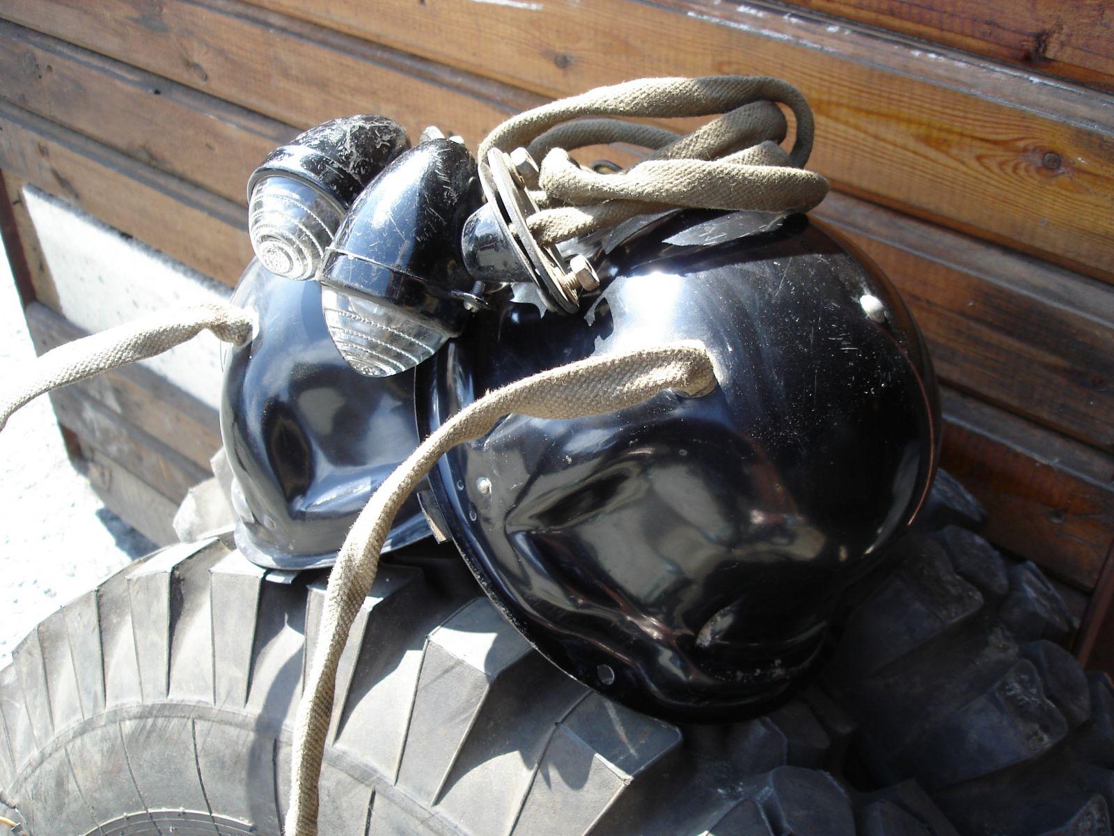 Снятая с машины головная оптика. Корпус фары большой. Защита проводов - брезентовый рукав. Штампы на горшках и дракончиках -1962.