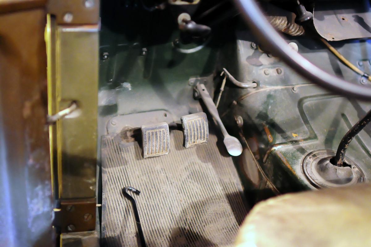 Водительский полик с родным резиновым ковриком.