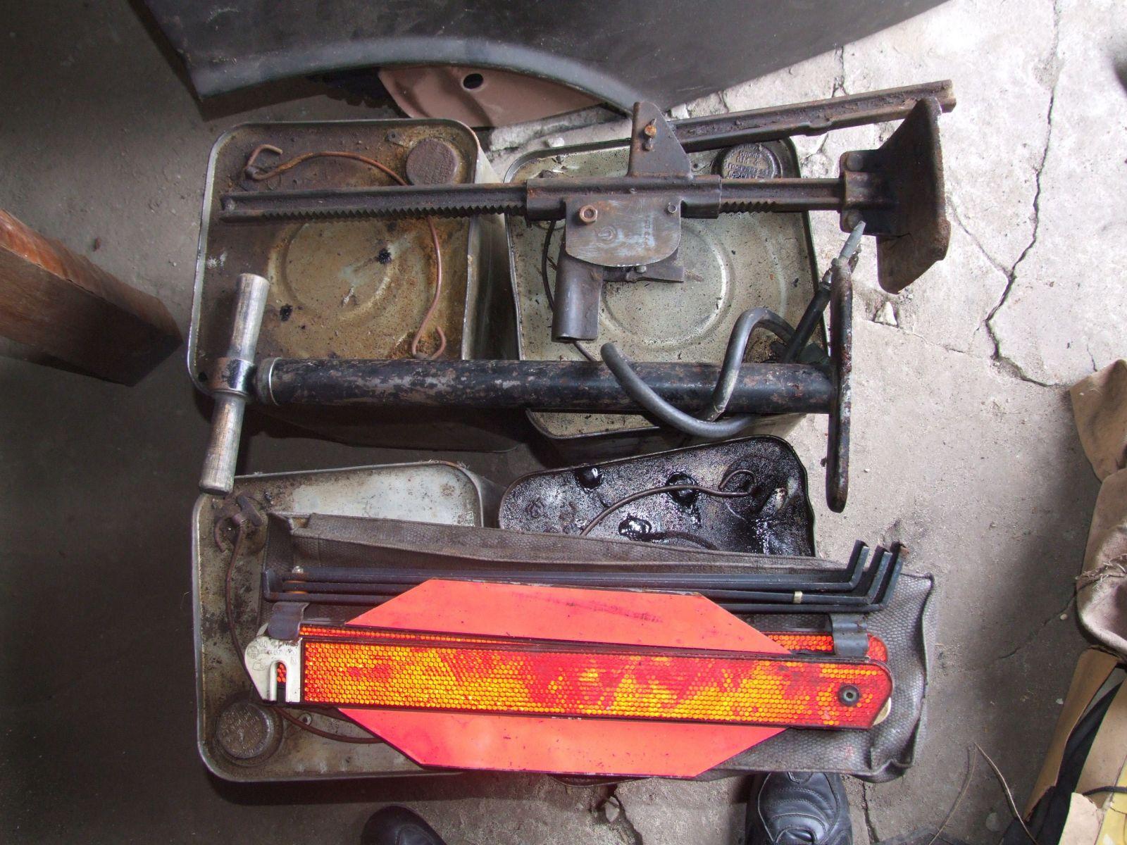 Знак аварийной остановки, насос и домкрат