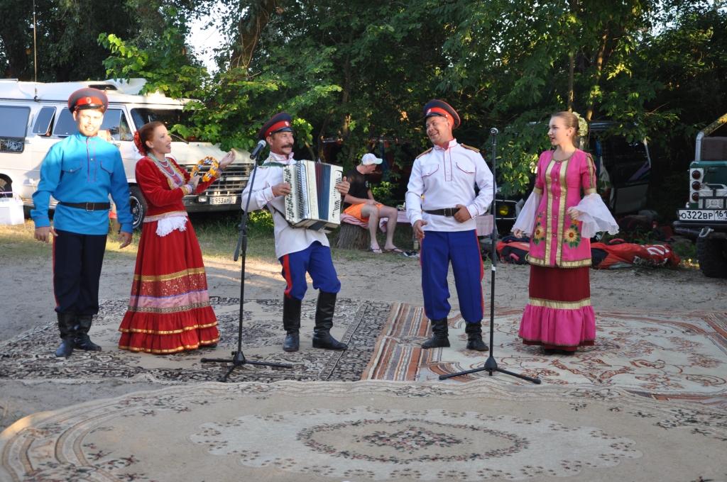 выступление в лагере на берегу  творческих коллективов города
