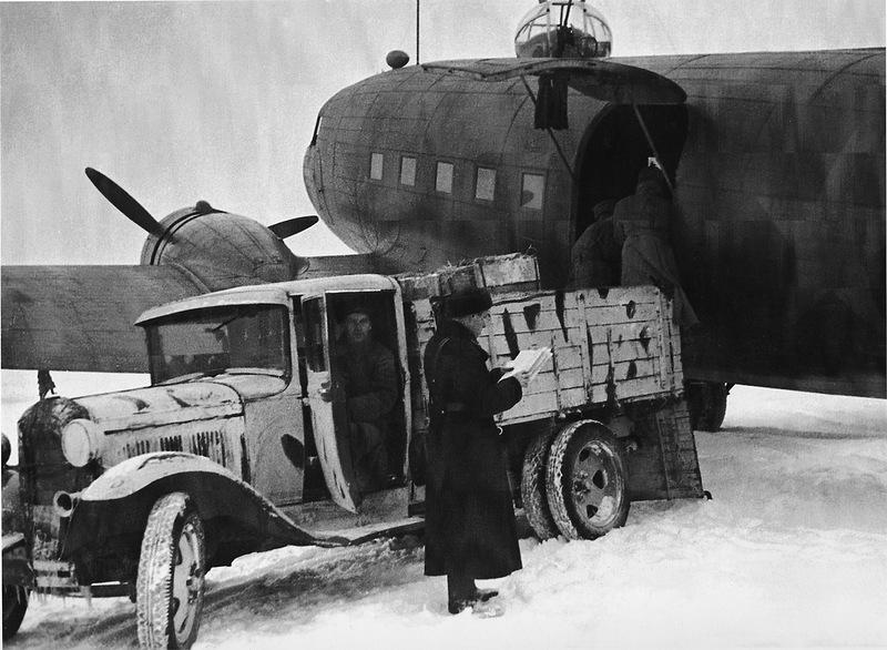 Выгрузка продовольствия для блокадного Ленинграда из транспортного самолёта Ли-2..jpg
