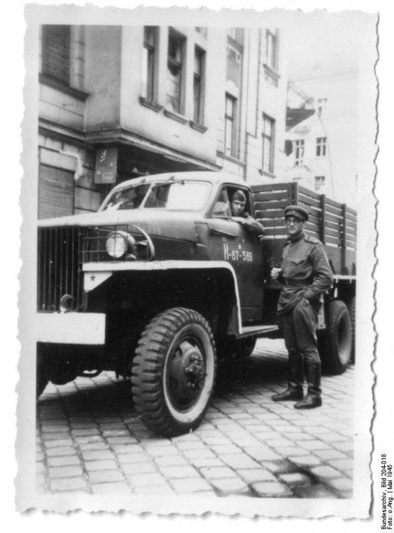 Bundesarchiv_Bild_204-018,_Berlin,_Henryk_Gorovits_neben_russischem_LKW.jpg