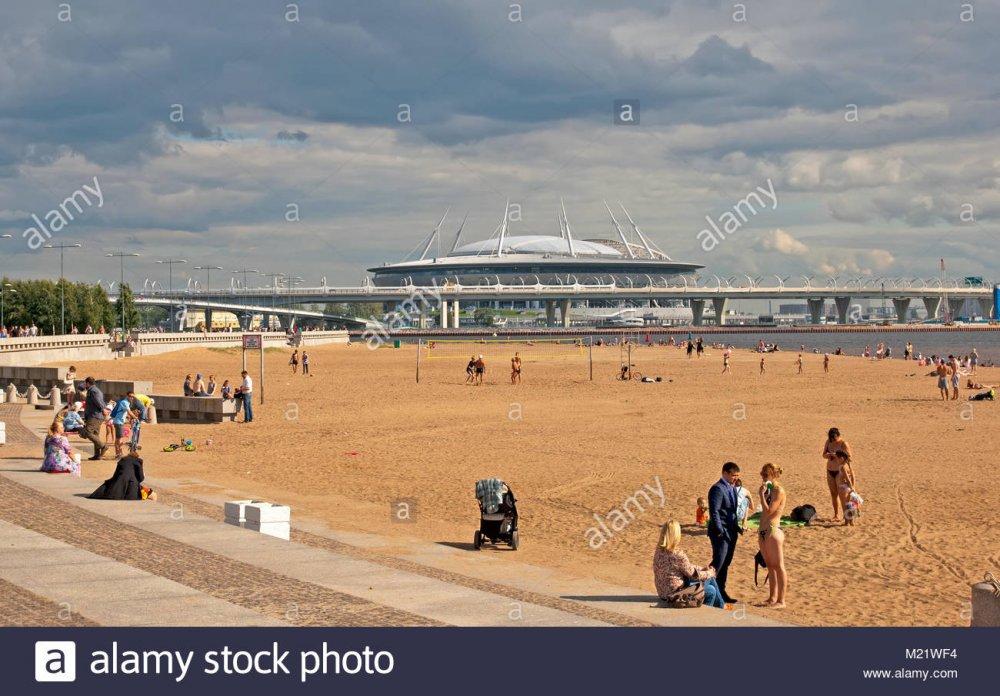 san-petersburgo-rusia-agosto-16-2017-la-gente-en-la-playa-en-el-anos-300-aniversario-de-san-petersburgo-park-no-muy-lejos-del-estadio-krestovsky-m21wf4.jpg