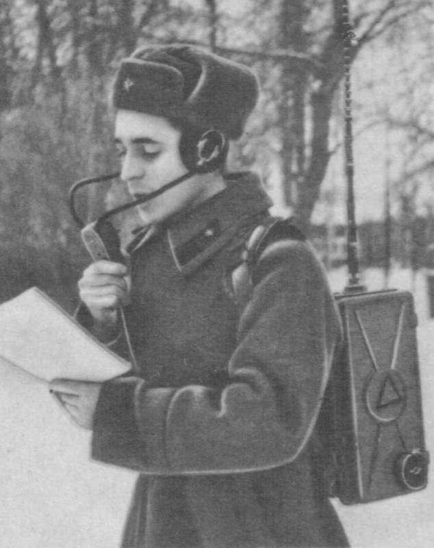 Воин-радист с радиостанцией Р-105 или аналогичной