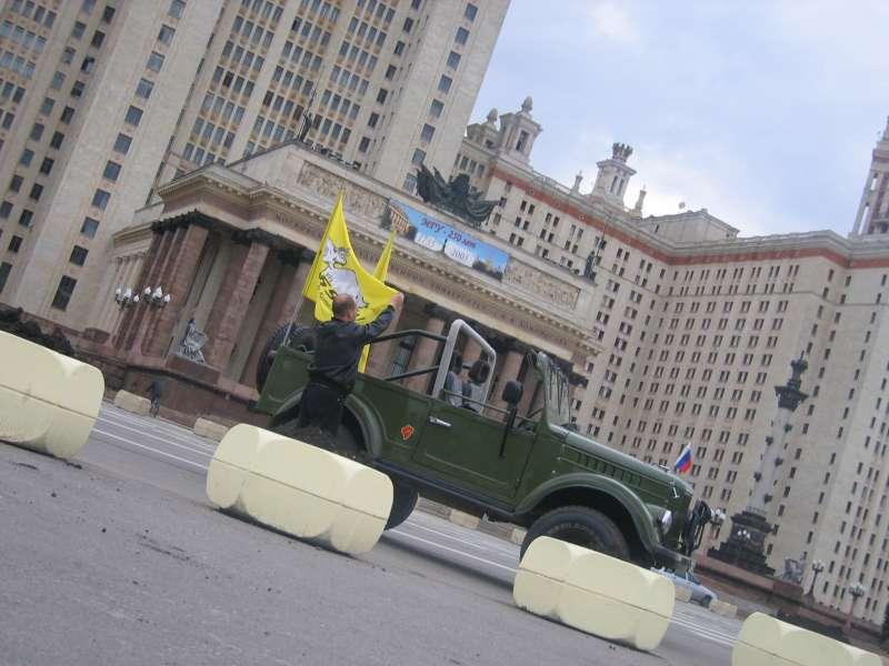 У главного корпуса МГУ, до салюта еще часа три. Поправили флаги и пошли за пивасиком.