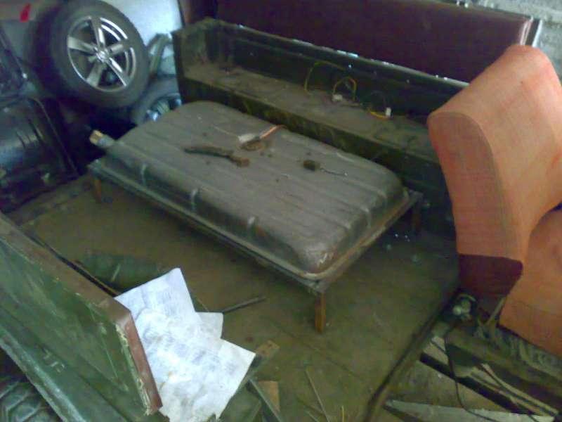 Бак от ГАЗ (51,52,53 ??) в кузове. ~95 литров.