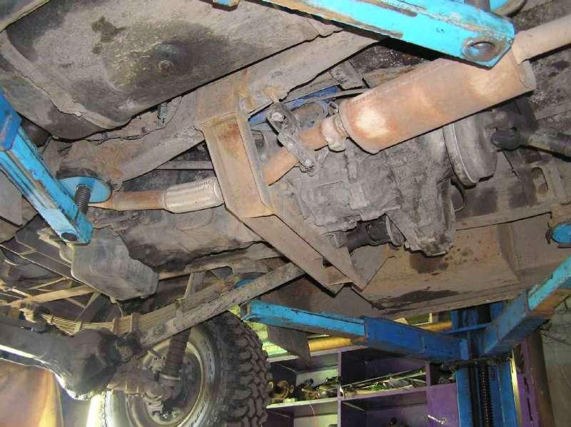 Фотка с боку раздатки и траверсы, в том числе захватили ручник и задний кардан