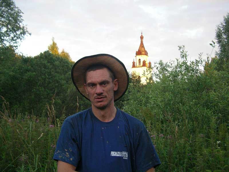 на фоне колокольни Троицкого собора на закате