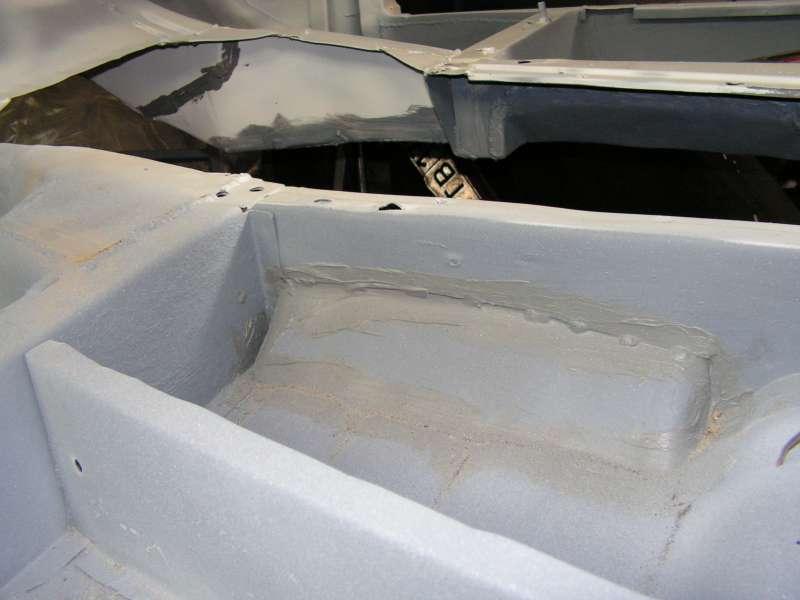 Поверх грунта все швы промазаны спец. кузовным герметиком.