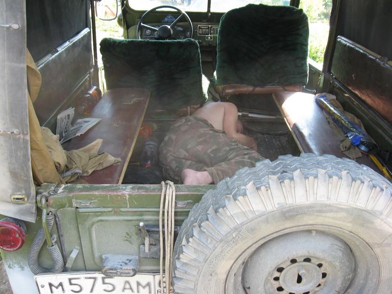 Человек спит в ГАЗоне (компактный человек :-))